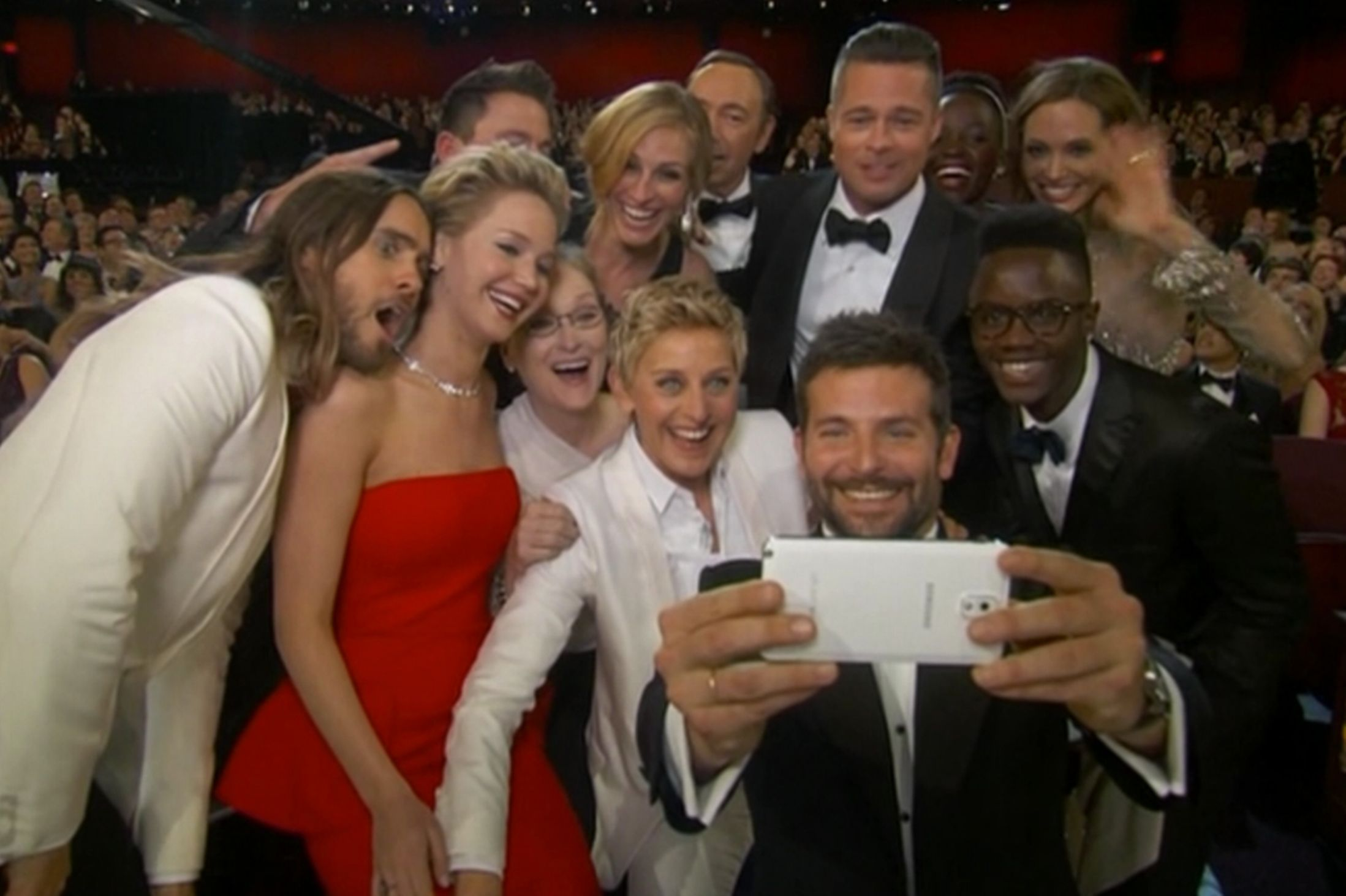 Best-ever-selfie-taken-at-the-2014-Oscars